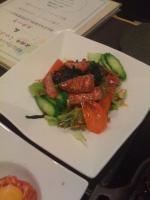 牛タタキと海藻のサラダ